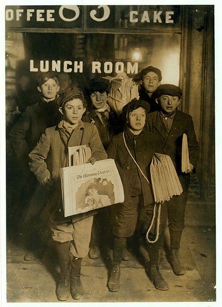 433px-February_23rd_1908_Boys_Selling_Newspapers_on_Brooklyn_Bridge